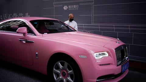 El coronavirus no entiende de clases. En Shanghai, un hombre con mascarilla aparca su coche de lujo