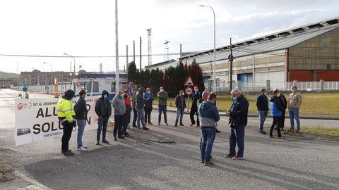 Trabajadores de Alu Ibérica, durante una concentración ante la fábrica de Avilés, en una imagen de archivo