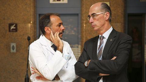El gerente del área sanitaria de Vigo, Julio García Comesaña, con el conselleiro de Sanidade, Jesus Vázquez Almuiña, en foto de archivo
