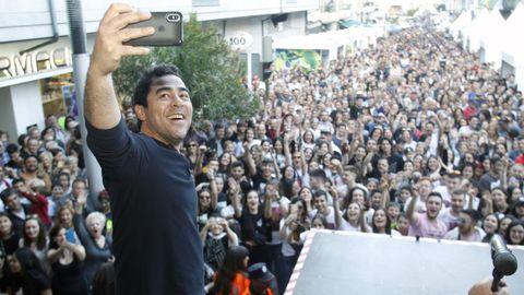 El actor Pablo Chiapella, pregonero de la anterior edición de la Feira do Viño de Quiroga, ante una muchedumbre reunida en la calle Real, donde se instala el recinto ferial