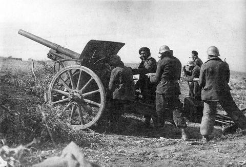 Soldados manejando un cañón Krupp 77/32 FK 16 durante la Guerra Civil española, en el frente de Oviedo. Una de estas baterías estuvo emplazada en el barrio de El Cristo, desde donde pudo disparar el obús de la iglesia de San Juan