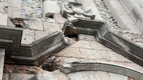 Daños del bombardeo de la Guerra Civil en la fachada de la iglesia de San Pedro de los Arcos de Oviedo