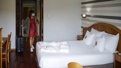 Eva López, entrando en su habitación del hotel de Caldaria en Laias