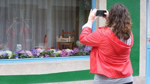El escaparate del local de la calle María donde se elabora habitualmente el trabajo previo muestra una representación de los elementos utilizados en las alfombras