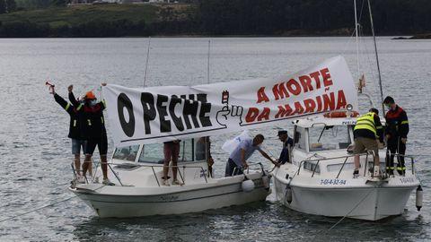 Lanchas recreativas apoyando en Foz este domingo la manifestación en defensa de los empleos de la fábrica de aluminio de San Cibrao