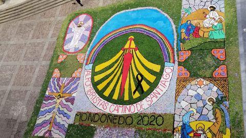 El tapiz elaborado este domingo a la puerta de la catedral de Mondoñedo