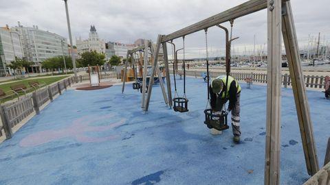 Operario municipales limpian y desinfectan el parque infantil de la Marina