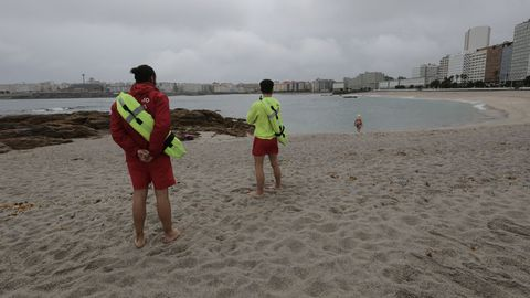 Vuelven los socorristas a la playa de Riazor