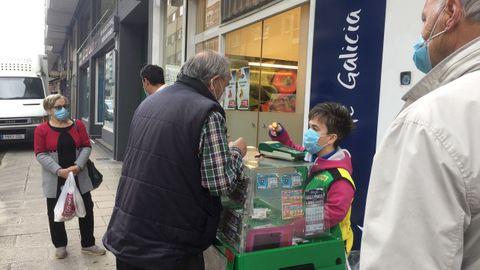 A vendedora da ONCE, Carmela Facorro, no seu posto da rúa Curros Enríquez