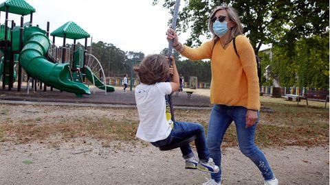 Niños con sus madres en el parque infanrtil de Vilanova de Arousa