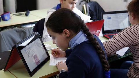 Foto de archivo de alumnos de primaria con los equipos de E-Dixgal