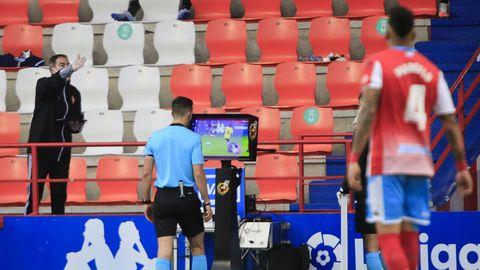 El árbitro consultado una jugada en el VAR