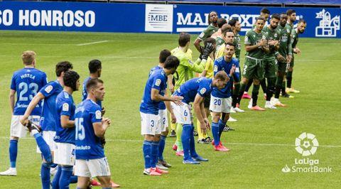 Jugadores del Oviedo y el Deportivo antes del partido