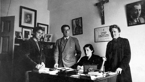 Clara Stauffer, la primera por la derecha, junto a Pilar Primo de Rivera, sentada