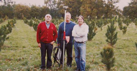 Un equipo de topografía de la Diputación de Lugo ubicando el centro en noviembre del 2006