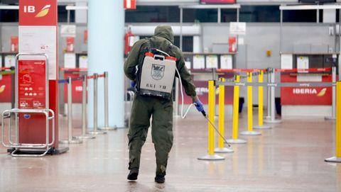 Miembros del ejército desinfectan el aeropuerto de Peinador, en Vigo