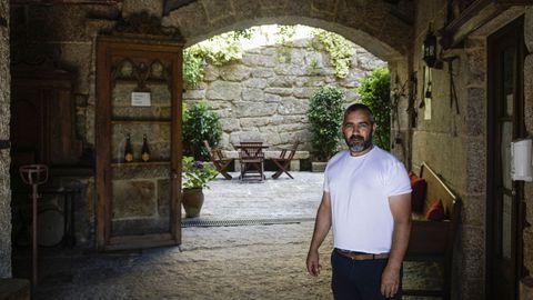 Cándido Vázquez Mosquera, en su casa rural Pazo dos Ulloa, en Esposende (Ribadavia)