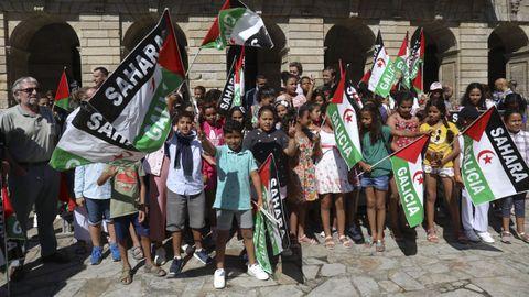 Encuentro en el Obradoiro el pasado mes de julio de las familias que acogen menores saharauis