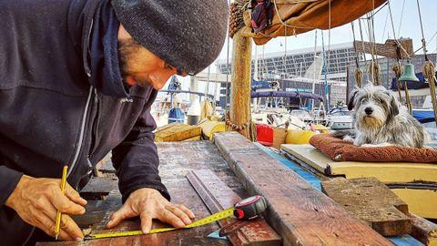 Basoli -y su inseparable Nirvana- trabaja a bordo del barco en su amarre del barcelonés Port Fórum