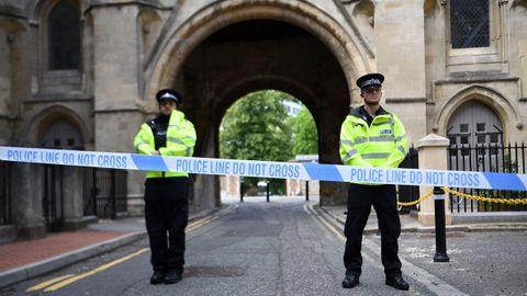 La policia custodia el acceso al parque de Reading donde se produjeron los apuñalamientos