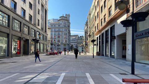 Calle Pelayo, en Oviedo, en el primer día laboral de la nueva normalidad