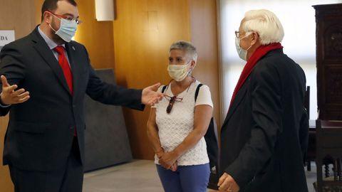 El padre Ángel salud al presidente del Principado, Adrián Barbón