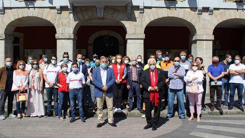 El padre ángel posa con el alcalde de Mieres, Anibal Vázquez,  representantes de todos los grupos municipales y colaboradores de ONGs, Protección Civil y cuerpos de seguridad que han trabajado durante esta pandemia