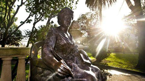 Estatua de Emilia Pardo Bazán en los jardines de Méndez Núñez