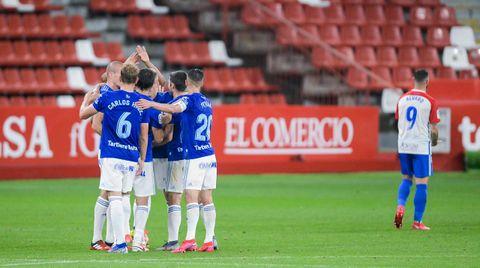 Jugadores del Oviedo celebran la victoria en El Molinón