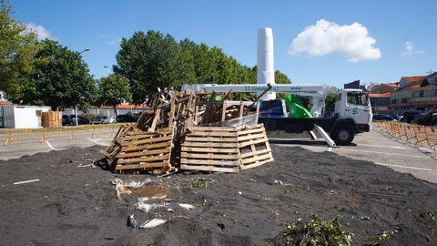 Pila de madera para celebrar el San Juan en la Plaza Marqués de Valterra.