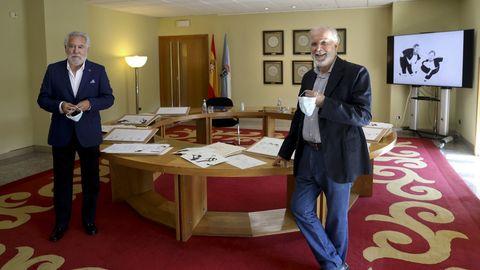Siro López (derecha), con el presidente del Parlamento gallego, Miguel Ángel Santalices