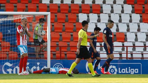Carrillo y El Hacen, en el suelo, lamentan el fallo de la mejor ocasión que tuvo el Lugo contra el Málaga