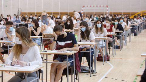Estudiantes realizando las pruebas de acceso a la universidad en Navarra, la primera comunidad donde se está celebrando la selectividad de este 2020, marcada por la pandemia de coronavirus