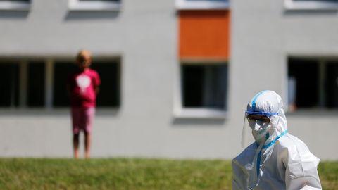 Un miembro de la Cruz Roja en el operativo de análisis en Guetersloh, Alemania, donde está el principal rebrote