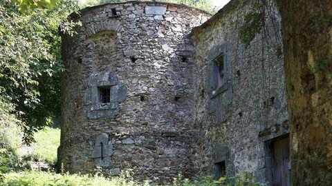 Castillo-palacios de Quindous, en Cervantes, que está en venta pero su conservación es deficiente