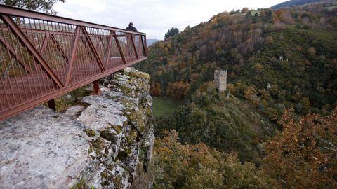 La torre de Doncos, en As Nogais, se puede ver desde un mirador junto a la N-VI pero sufre daños, con grietas visibles