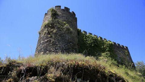 El castillo de Doiras, en Cervantes, es el único visitable, pero varios expertos advierten de los daños que sufren sus estructuras