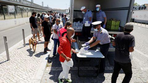 Miembros de la Marina portuguesa reparten comida en Lisboa, donde se han producido varios rebrotes