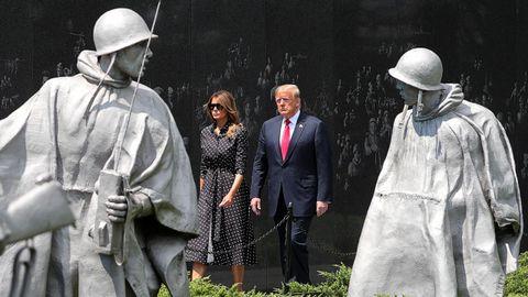 Donald Trump, acompañado de su esposa, este jueves, junto al monumento a los caidos en la guerra de Corea