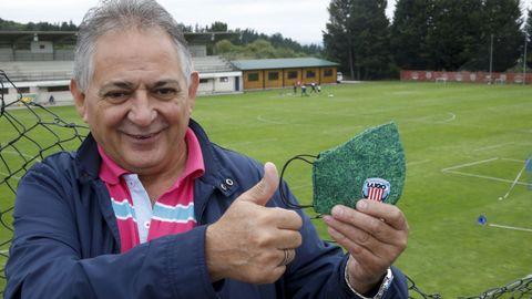 Fran, un socio del Sporting, entregó una mascarilla del Lugo al entrenador de porteros lucense Roberto