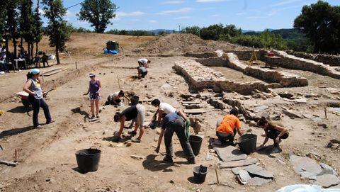 Participantes en uno de los campos de trabajo que participaron en las excavaciones del castro de Cereixa en los últimos años