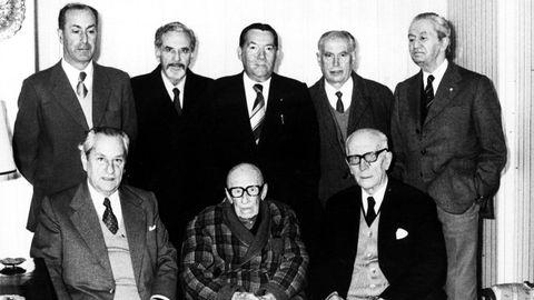 Ramón de Artaza, sentado no centro ao carón de familiares e amigos, no día do seu 98 aniversario