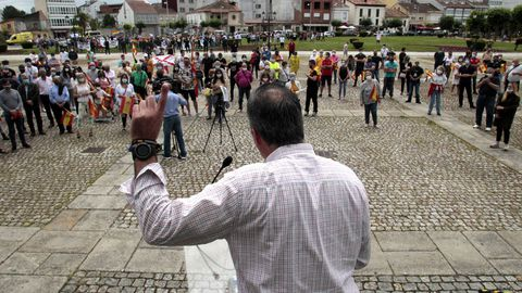 Ortega Smith en un momento del mitin que dio en la plaza de la Compañía. Al fondo, los manifestantes que protestaron contra el acto electoral