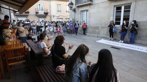 Concentración frente al consistorio sarriano en un acto contra la violencia machista