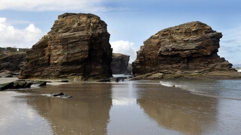 Playa de As Catedrais, Ribadeo. Más de 3.000 personas tienen entradas cada día para visitar la playa de As Catedrais, que sigue atrayendo turistas a pesar de las limitaciones de la pandemia