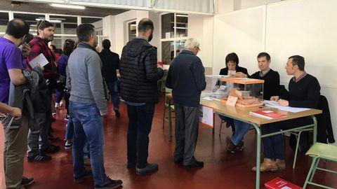Votaciones en la mesa electoral en Fontiñas (Santiago) en las elecciones generales