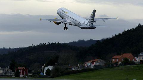 Imagen de archivo de un avión de Vueling despegando en el aeropuerto de Alvedro