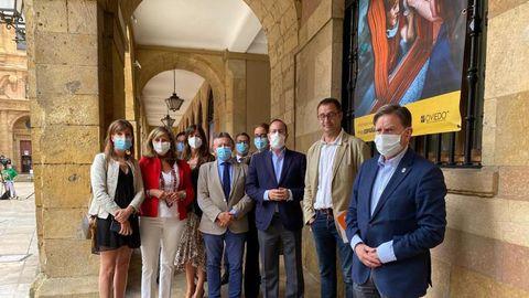 Alfredo Canteli, con mascarilla, en primer plano, durante la inauguración de la exposición de PhotoEspaña