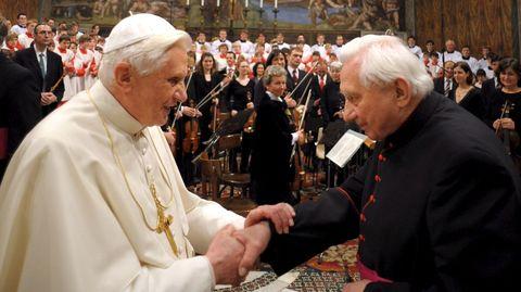 Benedicto XVI, a la izquierda, y su hermano Georg Ratzinger