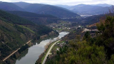 Una vista de Quiroga y del río Sil desde un mirador de la parroquia de Torbeo, en Ribas de Sil